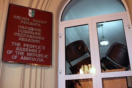 Протестующие ворвались в здание администрации президента Абхазии