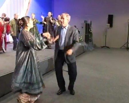 Опубликовано видео танца Путина и Буша-младшего под «Сударыню-барыню»