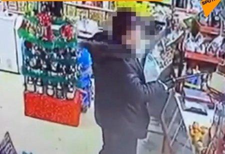 Отважная хозяйка магазина отбилась от вооруженного грабителя в Усть-Каменогорске
