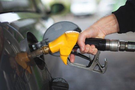Казахстанцев призвали не верить низким ценам на бензин из-за мошенников