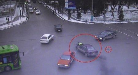 Полицейского три километра тащили на капоте авто в Шымкенте