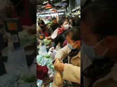 Жители пораженного коронавирусом Уханя начали драться за еду