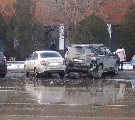 Автомобиль врезался в припаркованные машины в Актау