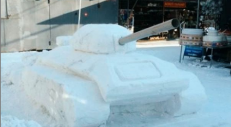 Стреляющий танк вылепил из снега павлодарец