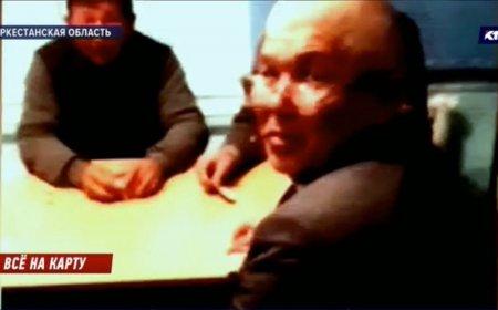 Акима застали играющим в карты на рабочем месте в Туркестанской области