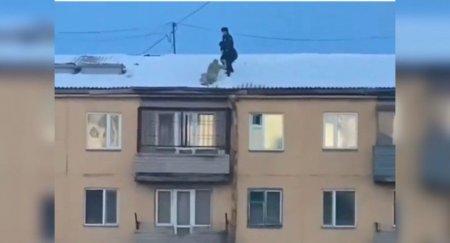 Голый мужчина забрался на крышу многоэтажного дома в Караганде
