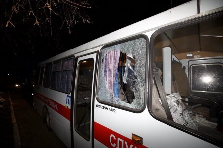 Автобус с эвакуированными из Китая людьми закидали камнями на Украине
