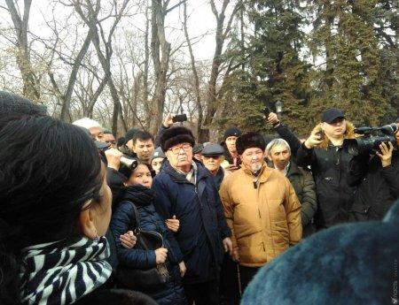 В центре Алматы задерживают сторонников Демпартии, проводивших митинг