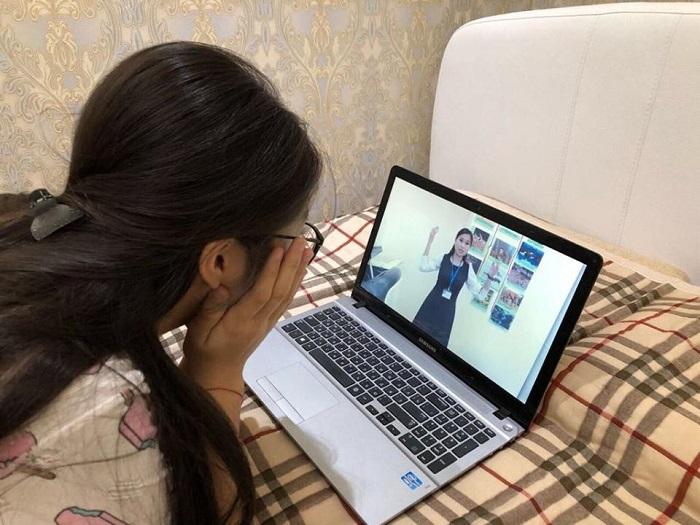 В Актау учитель преподает биологию через YouТube