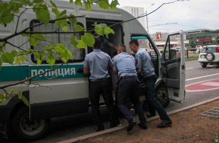 У монумента Независимости в Алматы начались задержания