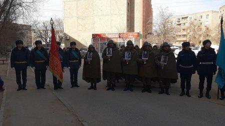 Персональный парад Победы провели гвардейцы для ветерана ВОВ в Актау