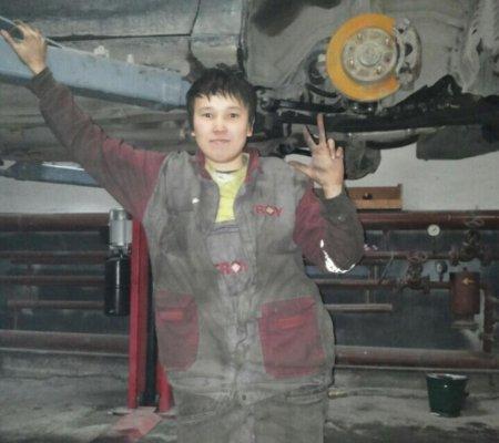 Право на труд: Казахстанка притворялась парнем, чтобы работать автомехаником