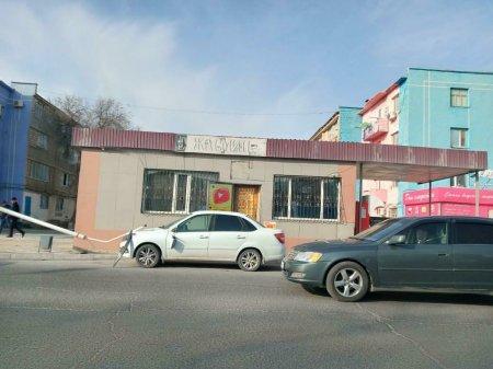 Рекламная конструкция рухнула на дорогу в Жанаозене