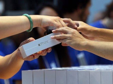 iPhone запретили продавать более двух в одни руки
