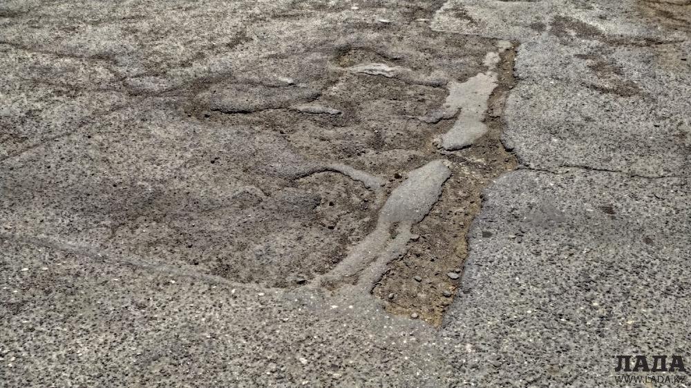 Жители 5 микрорайона Актау возмутились отчетом чиновников о ремонте дорог