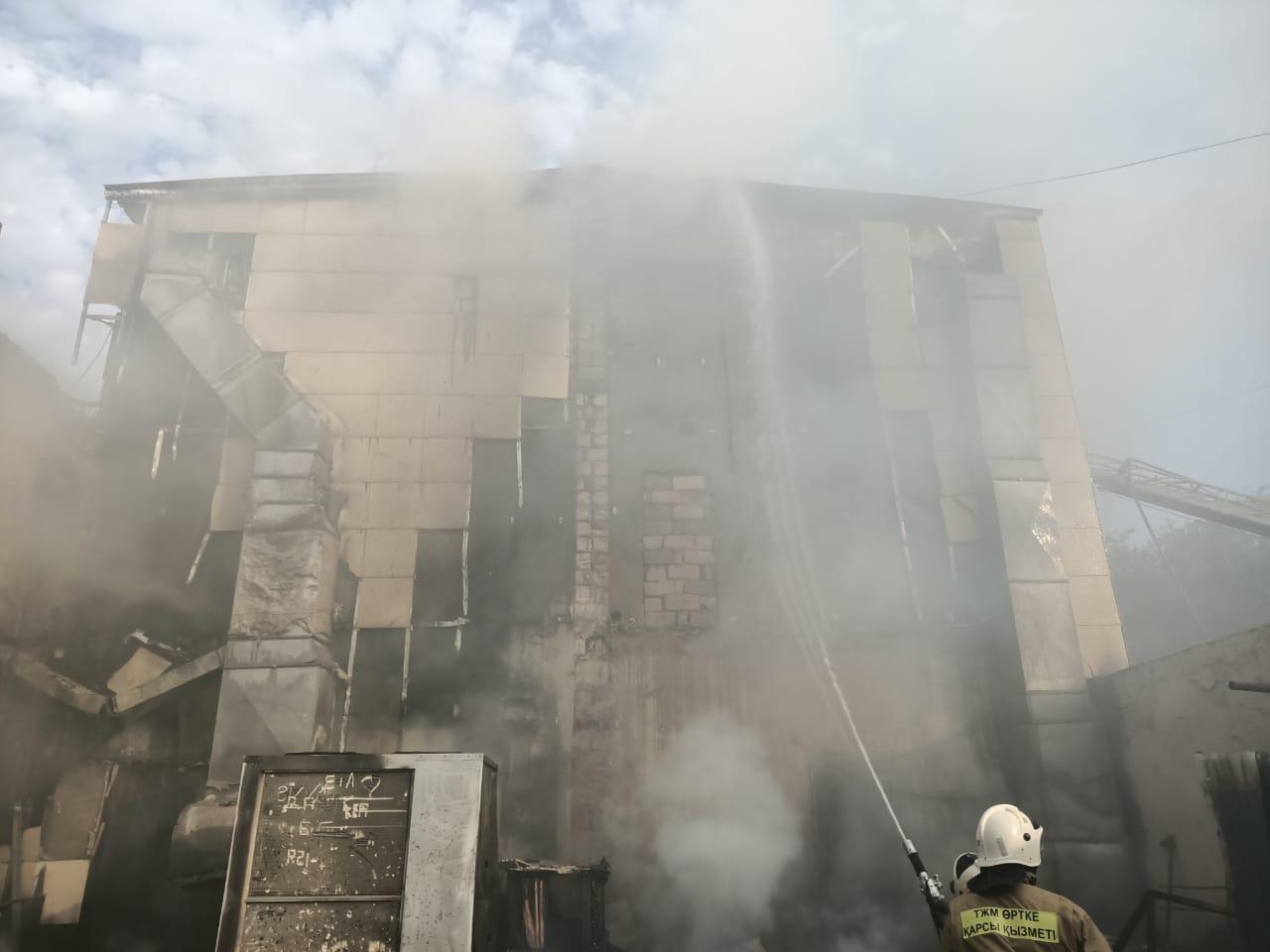 Пожар в Жанаозене: Из торгово-развлекательного центра эвакуировали 85 человек