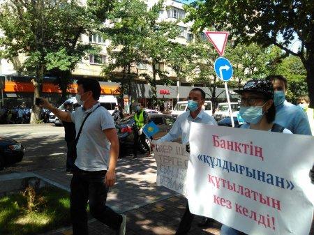 В столице и Алматы начались задержания митингующих
