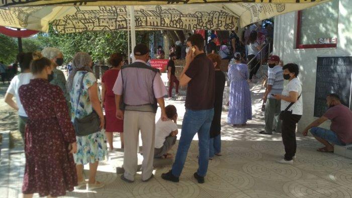 Жители Актау выстраиваются в огромные очереди в аптеки