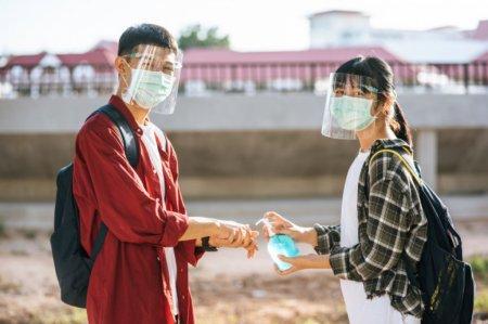Почему казахстанцы обязаны носить маски на улице, пояснила главный санврач