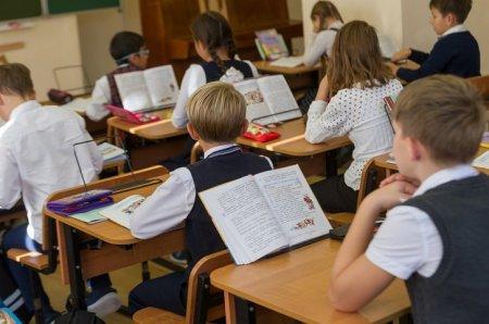 Казахстанцы собирают подписи, чтобы вернуть детей в школы с 1 сентября