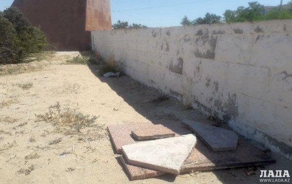 В Актау снова пообещали отремонтировать постамент памятника Кашагану