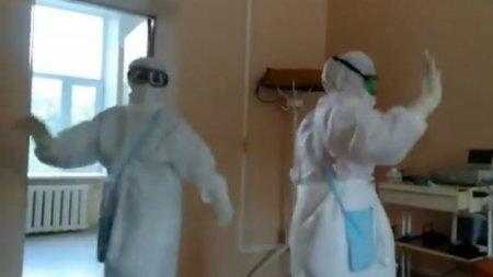 """""""Койки опустели"""". Танцующих от радости казахстанских медиков сняли на видео"""