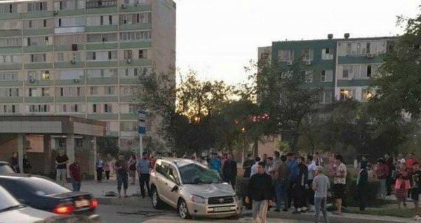 Автомобиль перевернулся возле остановки в Актау