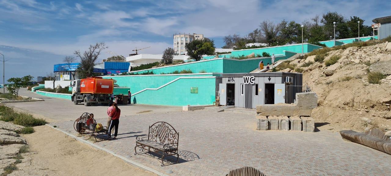 Молодой человек испражнился у Центра йоги на набережной Актау