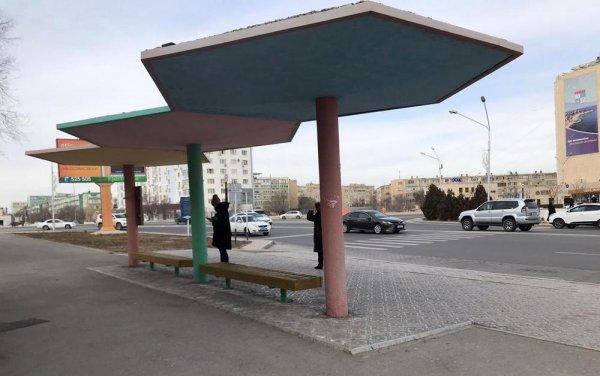 В Актау обновляют автобусные остановки