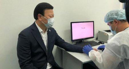 Министр здравоохранения Казахстана первым вакцинировался от сезонного гриппа