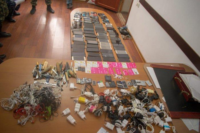 Более 80 сотовых телефонов изъяли во время обыска в колонии Мангистау