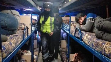 Автобус-гостиницу с лежащими пассажирами задержали в Атырау