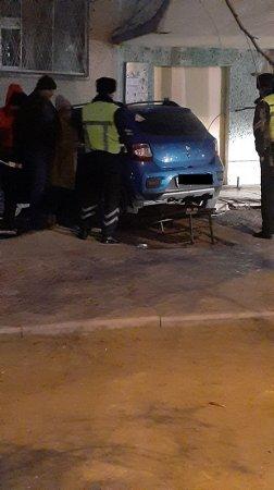 «Перепутал педали»: Автомобиль врезался в жилой дом в Актау