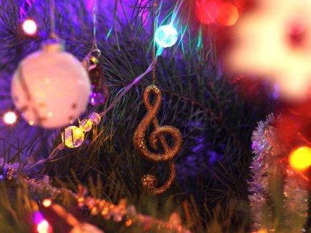 Где скачать самые свежие новогодние песни бесплатно?