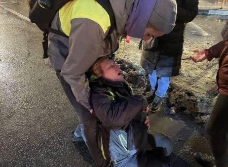 На площади Восстания силовик ударил ногой в живот пожилую женщину
