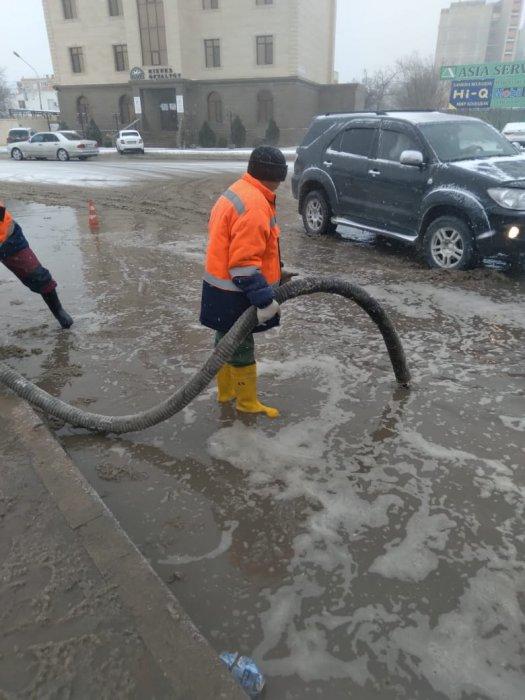 На очистку дорог от снега в Актау вышли 17 единиц техники