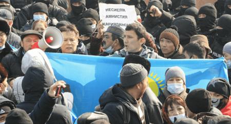 Силовики Алматы уже восьмой час удерживают митингующих в оцеплении, одного увезла полиция