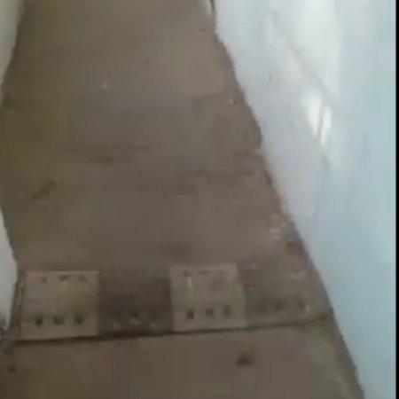 Только в Актау: Лежачий полицейский в многоэтажке ВИДЕО