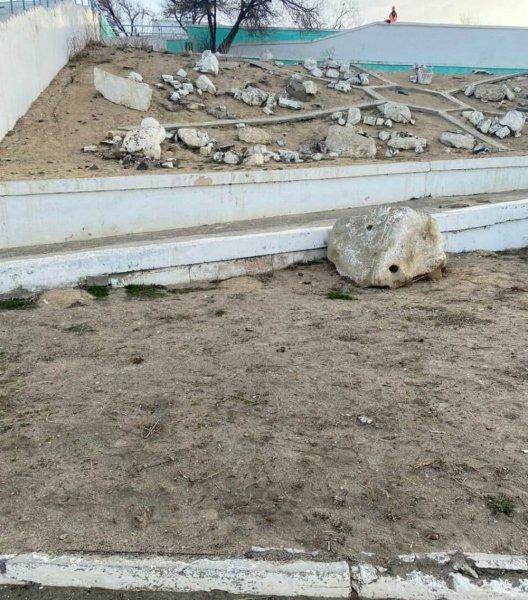 Опять бла-бла-бла! В пустырь превратился газон с вырубленной ивой в Актау