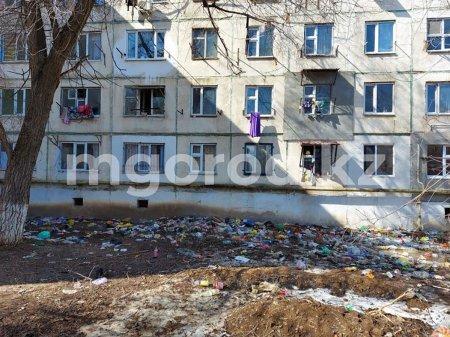 Жители многоэтажки в Уральске выбрасывают мочу в бутылках под окна дома