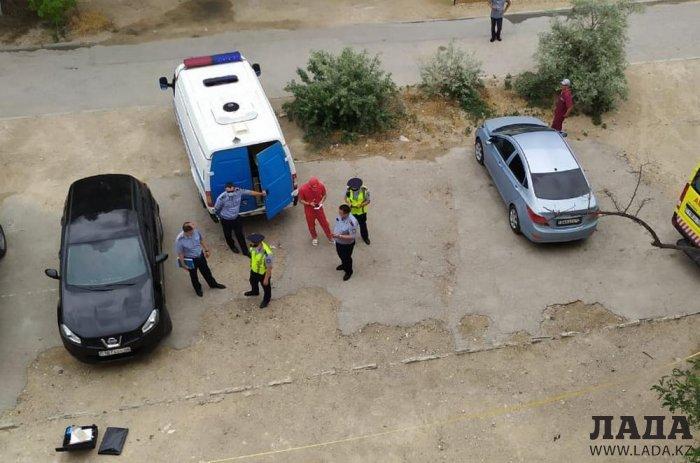Женщина выпала с третьего этажа в Актау