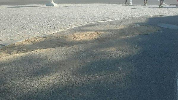 А асфальта не будет? Яму засыпали песком в центре Актау