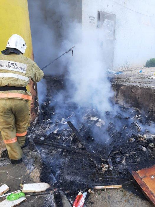 В 12 микрорайоне Актау горел мусор возле жилого дома