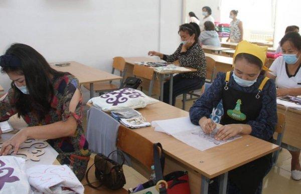 Безработные женщины осваивают новую профессию в Жанаозене