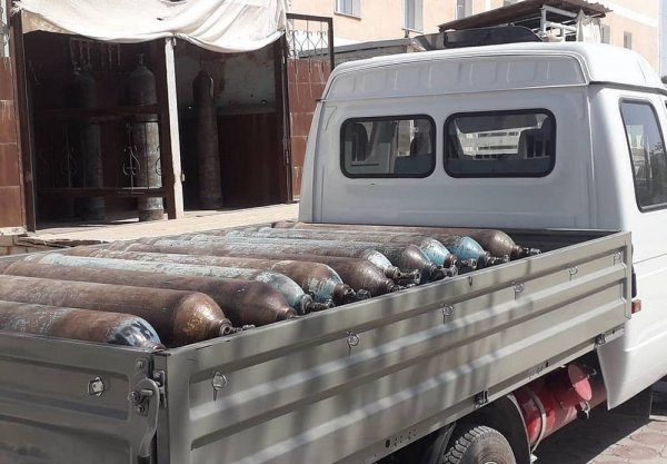 Коммунальщики помогают в транспортировке кислородных баллонов в Жанаозене