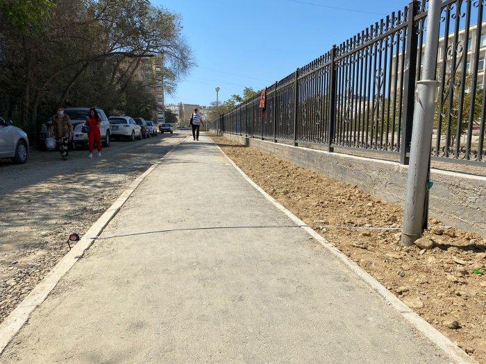 Жители Актау пожаловались на узкий тротуар в 8 микрорайоне