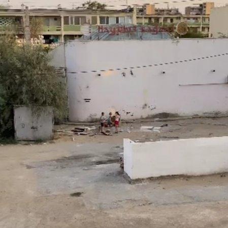 Дети играют на мусорке ВИДЕО