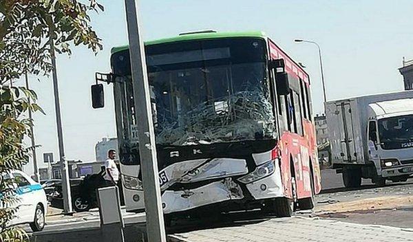 Тройное ДТП с маршрутным автобусом в Актау: Есть пострадавшие