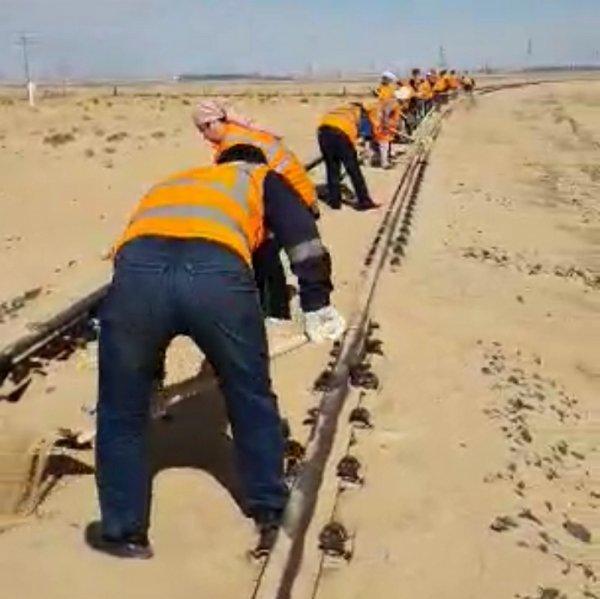 Для расчистки железных дорог от песка не хватает рабочих в Мангистау